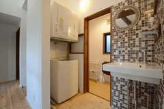 脱衣室の手前には洗濯機&乾燥機、洗面台が設置されています。(2014-12-10,共用部,OTHER,2F)