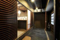 黒モルタルの土間には、自転車を置くことも出来ます。また、上段の棚にある収納はひとり1つ使えます。(2011-02-23,共用部,GARAGE,1F)