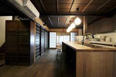正面玄関から見たダイニング・キッチンの様子。木のぬくもりを感じます。(2011-02-23,共用部,LIVINGROOM,1F)