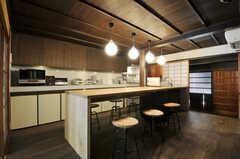 シェアハウスのダイニング・キッチンの様子2。円い座面のイスは、回転させると自由に高さを変えられます。(2011-02-23,共用部,LIVINGROOM,1F)