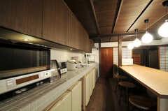 天板の上にはキッチン家電が並び、下には冷蔵庫が部屋ごとに用意されています。(2011-02-23,共用部,KITCHEN,1F)