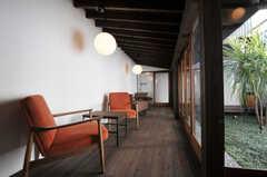 インナーテラスには、ひとり掛けのソファが並び、カフェのような雰囲気。廊下の先に101、102号室があります。(2011-02-23,共用部,LIVINGROOM,1F)
