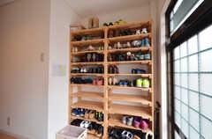 靴箱の様子。部屋番号が割り当てられています。(2014-06-11,周辺環境,ENTRANCE,1F)