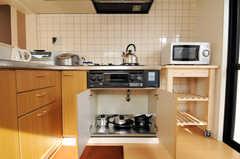 鍋類はガスコンロ下に収納します。(2010-12-26,共用部,KITCHEN,2F)