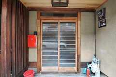 シェアハウスの正面玄関。引き戸です。(2013-06-23,周辺環境,ENTRANCE,1F)