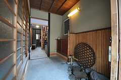 正面玄関から見た内部の様子。床は土間です。  (2013-06-23,周辺環境,ENTRANCE,1F)