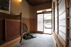 内部から見た玄関周りの様子。(2013-06-23,周辺環境,ENTRANCE,1F)