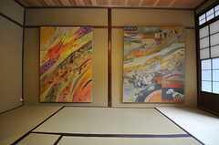 室内にある絵画は、すべて管理人さんのお母様が描いたもの。(2013-06-23,共用部,LIVINGROOM,1F)