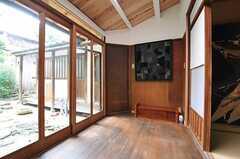 リビングの奥にある縁側2。正面の木のドアは廊下につながっています。(2013-06-23,共用部,OTHER,1F)