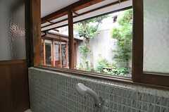 窓を開ければ庭の緑がチラリ。(2013-06-23,共用部,BATH,1F)