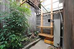 物干しスペースの様子。棚には洗剤などを置いておけます。屋根があるので雨にも安心。(2013-06-23,共用部,OTHER,1F)