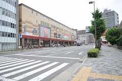 各線・二条駅からシェアハウスへ向かう道の様子。大きなスーパーがあります。(2013-06-23,共用部,ENVIRONMENT,1F)
