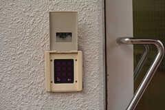 玄関の鍵もナンバー式。(2017-01-17,周辺環境,ENTRANCE,1F)