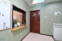 玄関を入ると、目の前に管理人室があります。管理人さんが常駐しています。(2017-01-17,共用部,OTHER,1F)