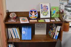 本棚の様子。ショップカードやフライヤーなども置かれています。(2017-01-17,共用部,LIVINGROOM,1F)