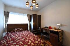 専有部の様子2。ベッドはセミダブルサイズ。モデルルームです。(203号室)(2017-01-17,専有部,ROOM,2F)