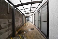 屋根付きのスペースがバイク置き場です。(2017-01-17,共用部,GARAGE,1F)