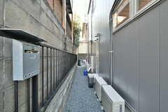 建物の横を通って玄関へアクセスします。(2017-01-17,共用部,OTHER,1F)