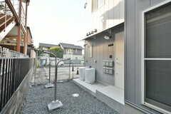 玄関前は庭のようになっていて、ものづくりをするときの作業場所としても使えます。(2017-01-17,共用部,OTHER,1F)