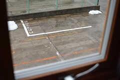 窓からはコーヒーショップの駐車場が見えます。「COFFEE」の文字がキュート。(202号室)(2017-01-17,専有部,ROOM,2F)