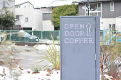 コーヒーショップのサイン。シェアハウスは「OPEN DOOR APARTMENT」、コーヒーショップは「OPEN DOOR COFFEE」です。(2017-01-17,共用部,OUTLOOK,1F)