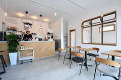 コーヒーショップの様子。お店の中でコーヒーを飲めるスペースもあります。(2017-01-17,共用部,OTHER,1F)
