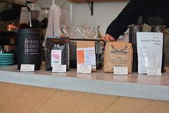 オーナーさんが選んだ各地のコーヒー豆を販売しています。(2017-01-17,共用部,OTHER,1F)