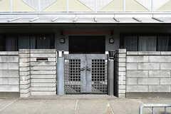 シェアハウスの門扉。カメラ付きのインターホンが設置されています。(2016-10-12,周辺環境,ENTRANCE,1F)