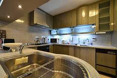 キッチンの様子。シンクは2箇所あります。(2016-10-12,共用部,KITCHEN,1F)