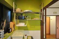キッチン脇には鍋などを置く棚が設置されています。(2012-03-26,共用部,KITCHEN,1F)