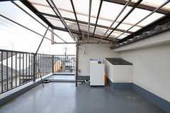 屋上に洗濯機が設置されています。(2012-03-26,共用部,LAUNDRY,3F)