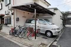 駐輪場の様子。車は事業者さんのものです。(2012-03-26,共用部,GARAGE,1F)