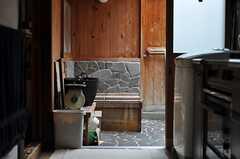 キッチン奧には、羊毛を洗ったりもする露天風呂。(2012-03-26,共用部,OTHER,1F)