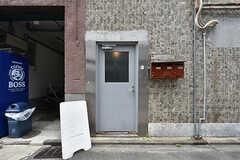 シェアハウスの玄関ドア。(2016-07-04,周辺環境,ENTRANCE,1F)