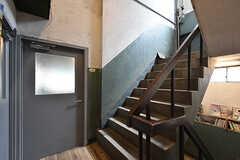 階段の様子。2階はコワーキングスペースと工房、3階に入居者さん専用の居住スペースがあります。(2016-07-04,共用部,OTHER,2F)