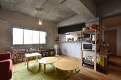 リビングの様子2。カウンターの裏側はキッチンです。(2016-07-04,共用部,LIVINGROOM,3F)