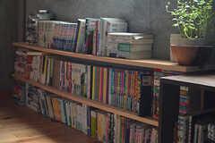 本棚の様子。入居者さんが持ち寄ったものだとか。(2016-07-04,共用部,LIVINGROOM,3F)