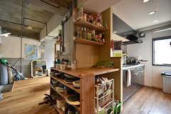 オリジナルで作った棚には、食器や調味料が収納されています。(2016-07-04,共用部,KITCHEN,3F)