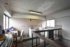 ランドリースペースの様子2。天井にはロープが貼られていて、洗濯物を干すこともできます。(2016-07-04,共用部,LAUNDRY,4F)