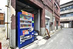 玄関脇に自動販売機が設置されています。(2016-07-04,共用部,OTHER,1F)