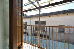 ベランダの様子。気密性を高めるため、窓は2重サッシになっています。(202号室)(2015-10-13,専有部,ROOM,2F)