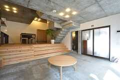 リビングの様子3。玄関脇にバスルームがあります。(2015-03-17,共用部,LIVINGROOM,1F)