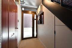 内部から見た玄関周辺の様子。(2017-06-05,周辺環境,ENTRANCE,1F)