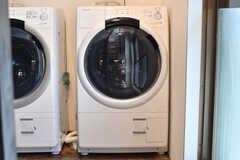 洗濯乾燥機は2台並んでいます。(2017-06-05,共用部,LAUNDRY,1F)