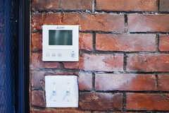 インターホンのモニターの様子。スイッチボックスもレンガも良い質感です。(2017-06-05,共用部,OTHER,1F)