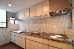 キッチンの様子。シンクとIHクッキングヒーターが2つずつ用意されています。(2017-05-15,共用部,KITCHEN,1F)