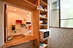 キッチンの対面は収納棚です。収納棚にはキッチン家電や共用の食器が置かれています。(2017-05-15,共用部,KITCHEN,1F)