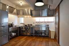 キッチンの様子。業務用のキッチン設備です。(2014-08-07,共用部,KITCHEN,2F)