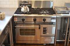 ガスコンロの様子。ガスオーブンも利用できます。(2014-08-07,共用部,KITCHEN,2F)