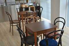 小さめのテーブルを4脚のチェアが囲んでいます。(2015-02-11,共用部,LIVINGROOM,3F)